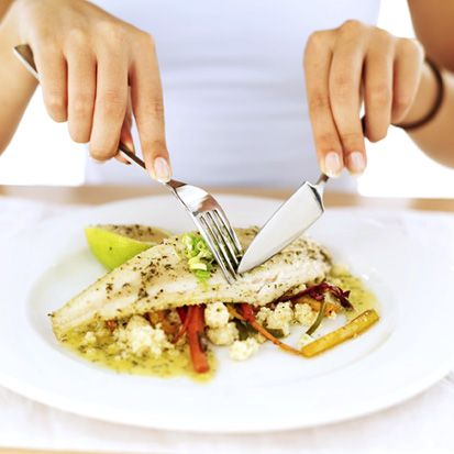 Sağlık için 20 ipucu!    11-  Yapılan araştırmalar gösteriyor ki bireyler; C vitaminini tavsiye edilen miktarın 100 katı kadar fazla, B6 vitaminini ise 10 katı kadar fazla almaktadırlar.   12-  Soya; östrojen seviyesi yüksekse azalmasına yardımcı olur. Vücuttaki mevcut östrojen seviyesine göre azaltıcı ya da artırıcı etki gösterir. Ayrıca göğüs kanseri riskinden de bireyleri koruduğu kanıtlanmıştır.   13- Yapılan çalışmalara göre balık ve balık yağı tüketimi, ölüm ve kalp krizine yakalanma olasılığını azaltmaktadır.   14-   Son yıllarda KVH beslenme tedavisinde bitkisel sterol ve stanollerin kullanımı artmaktadır. Tüm sebzeler bir miktar bitkisel sterol içermektedirler. Özellikle bitkisel yağlarda, yağlı tohumlarda, tahıllarda ve kuru baklagillerde bulunmaktadır. Stanollerin kan lipitleri üstündeki etkilerini inceleyen çalışmalarda, kolesterol seviyeleri yüksek olan kişilerde statin türevi ilaçlar kullanılmadan tek başına bitkisel stanoller kullanılarak kötü huylu kolesterol seviyelerinin yüzde 14 düştüğü bulunmuştur.   15-  Özellikle kullanılan besin desteklerinin güvenilirliğinin çok iyi araştırılması ve kullanımlarının değerlendirilmesi gerekliliği üstünde duruldu. Çünkü bileşimindeki bitkiler reçeteli ilaçlarla etkileşime girebilmektedir. Bu nedenle isteğe bağlı olarak alınmamalıdır.